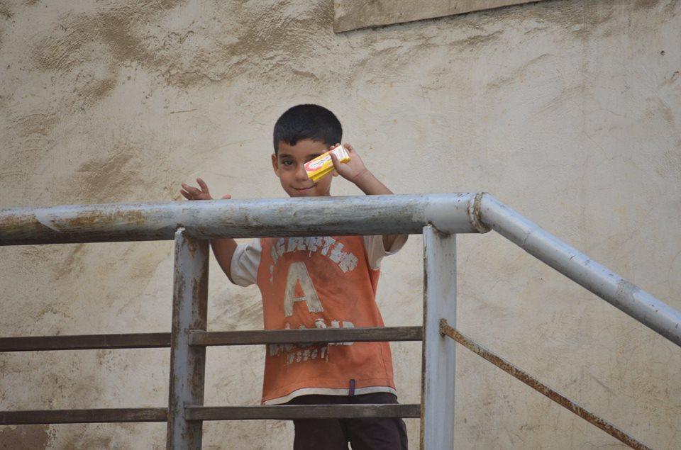 Los refugiados en otro país hacen lo que sea para llevar dinero a casa, como este niño de cinco años que vende chicles en las calles de Líbano. Foto: Jaume Vives (cedida)